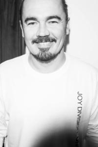 Олег Фагот в Пироги та друзі, венские стулья в кафе