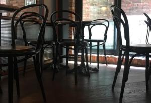 венский стул в ресторане