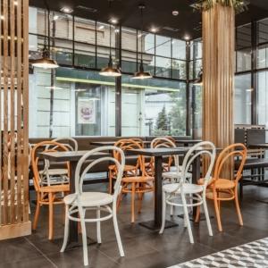 Деревянные стулья в кафе в Харькове