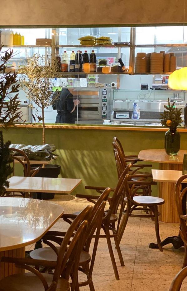 Деревянные стулья в кафе, стулья с подлокотниками