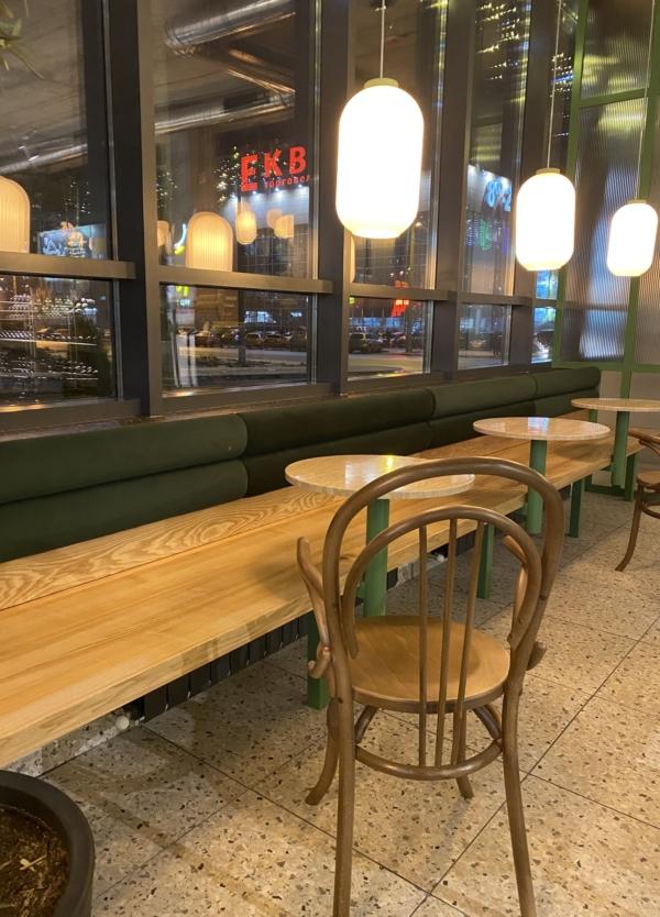 Венский стул с подлокотниками в кафе